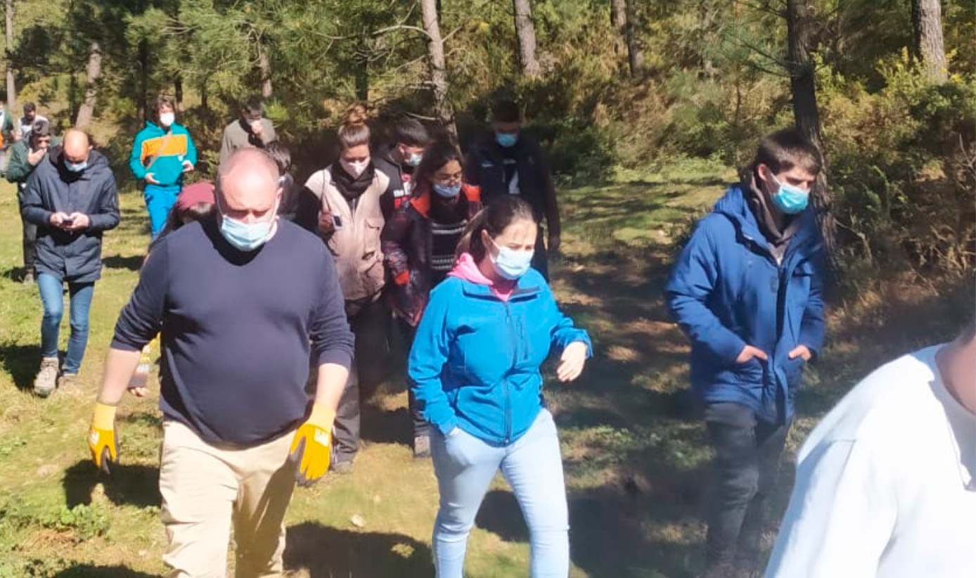 Grupo de gente en un bosque en una jornada de formación.