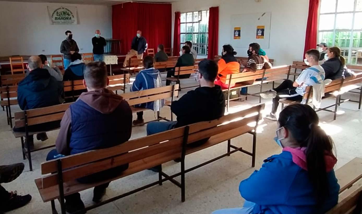 Gente asistiendo a una formación dentro de un aula.